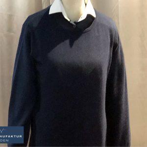 Perfektes Duo: Maßhemd aus dunkelblauer Baumwolle mit Kontrastkragen und -manschette - passend dazu ein nachtblauer Kaschmirpullover